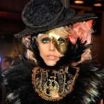 Lady Gaga sale con uno de los diseñadores de su vestuario