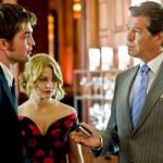 Pierce Brosnan enseña a Pattinson cómo actuar con sus fans