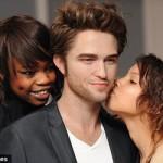 Robert Pattinson se deja besar, abrazar, sobar, ¿morder?