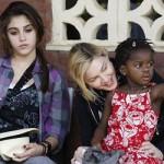 Madonna y sus hijas Mercy y Lourdes ponen la primera piedra de una escuela